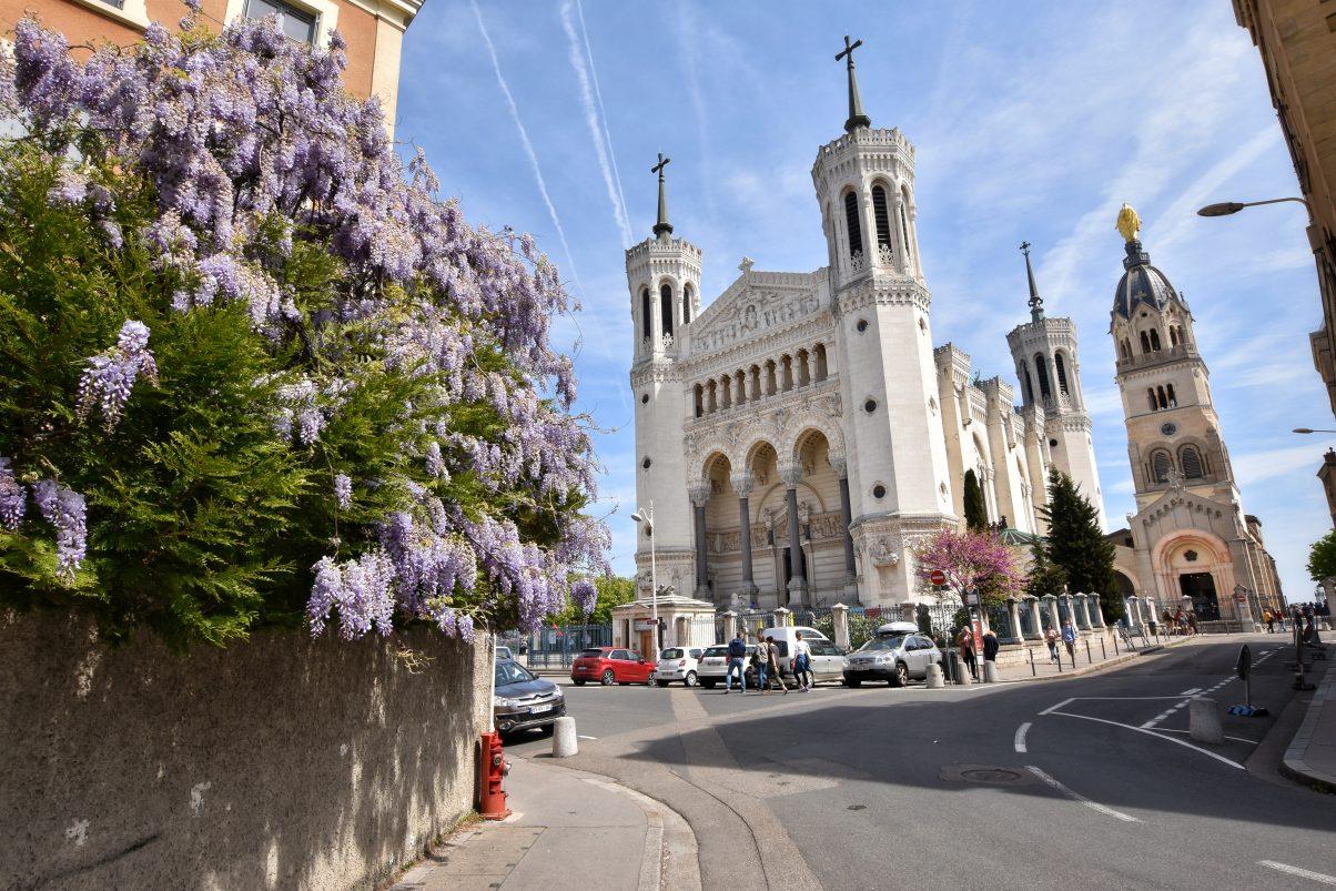 La Basilique Notre Dame de Fourvière with flowers